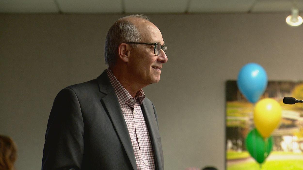 Stephen manel, de profil, quelques minutes après son élection.