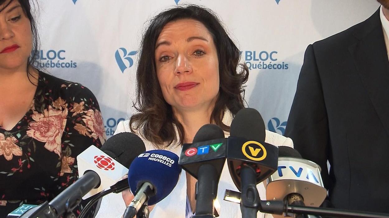 Une femme en conférence de presse.