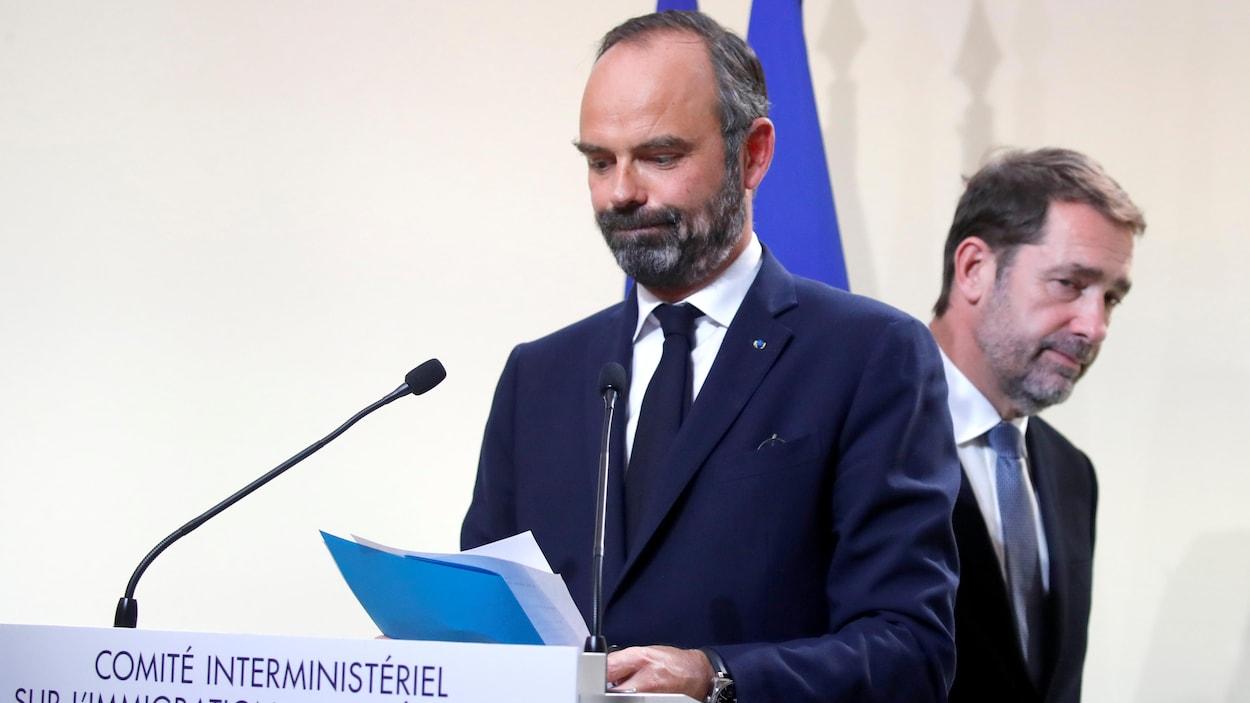 Édouard Philippe s'adresse aux journalistes lors d'une conférence de presse.
