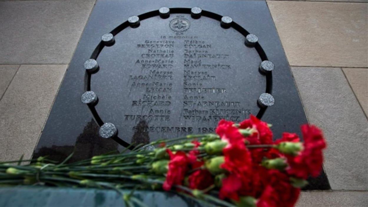 Des fleurs sur le mémorial de Polytechnique