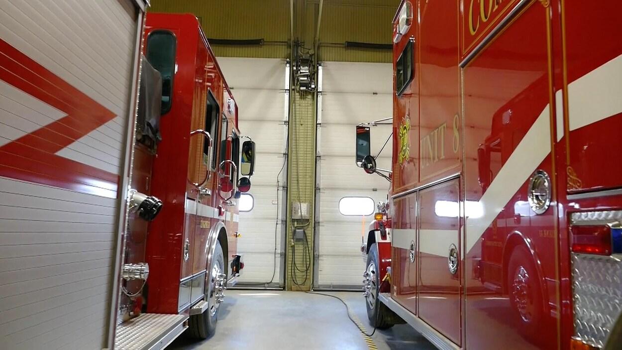 Deux camions de pompiers à la caserne