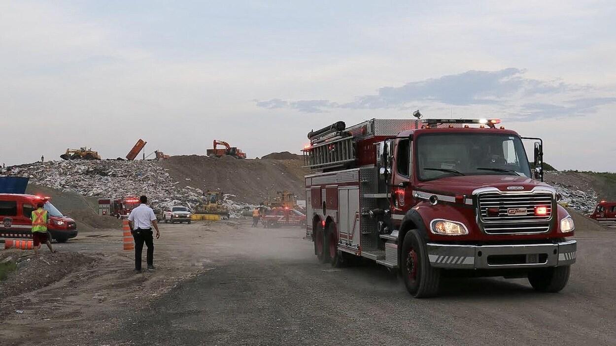 Un camion d'incendie quitte les lieux du sinistre.
