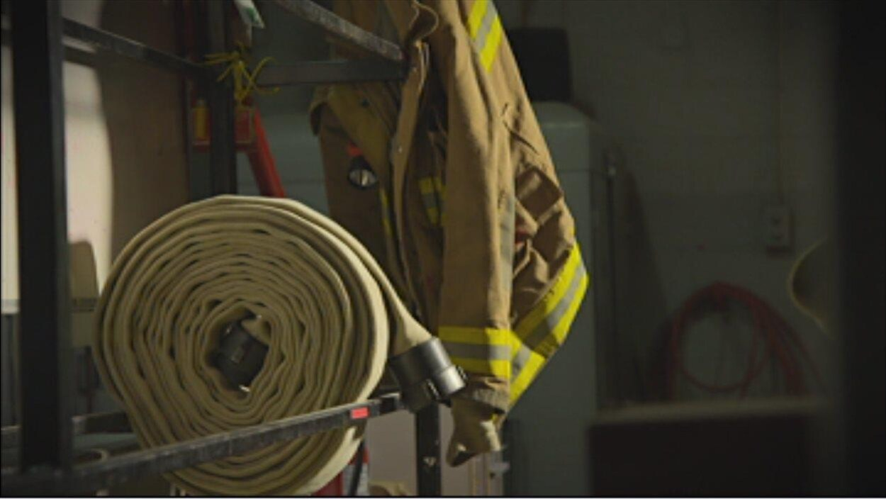 Un boyau d'arrosage et un uniforme de pompier