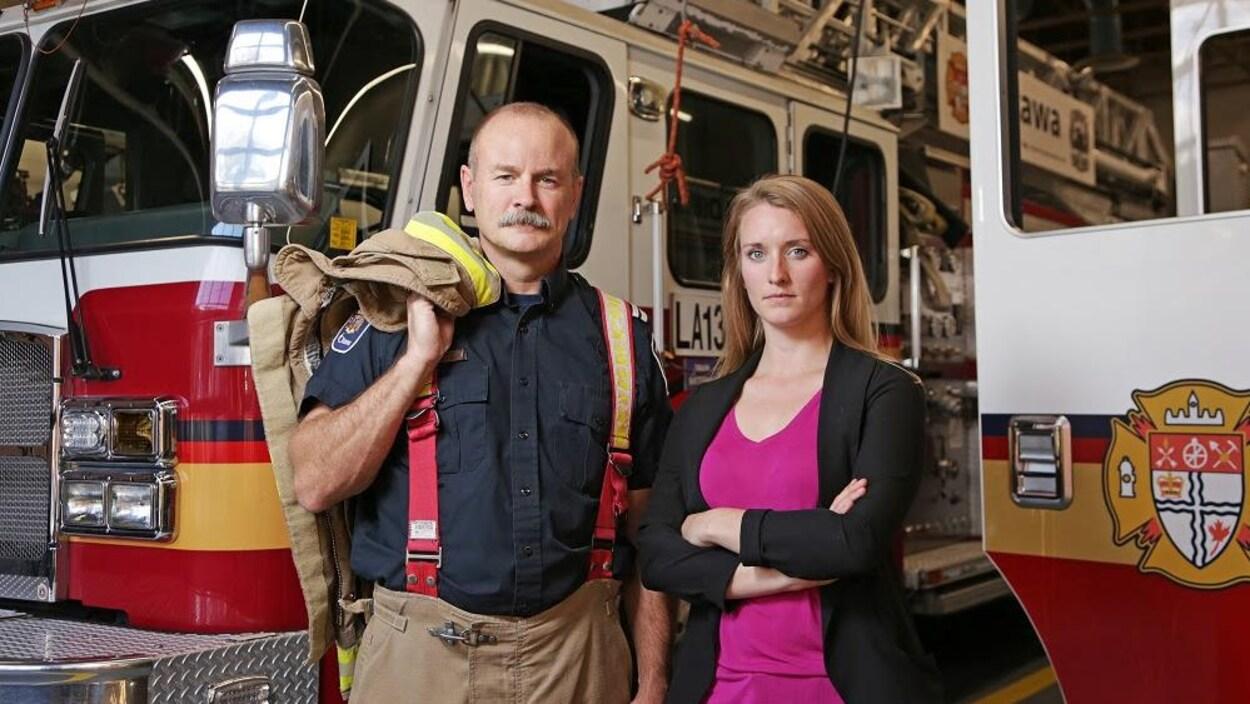 Les deux sont devant un camion de sécurité incendie d'Ottawa
