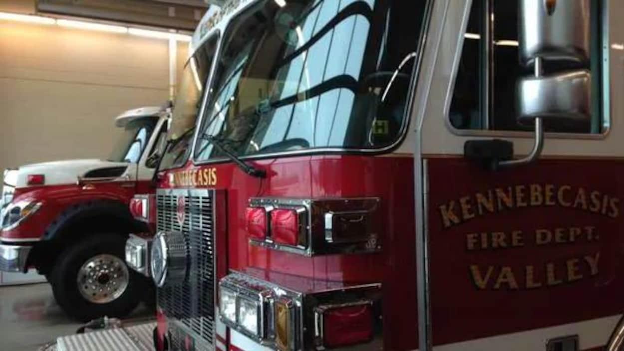 Un camion de pompier dans une caserne.