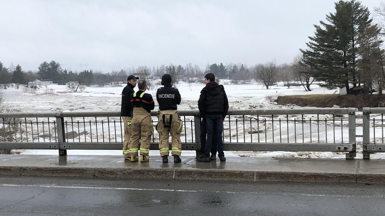 Les pompiers de Lévis surveillent le mouvement des glaces sur la rivière Beaurivage.