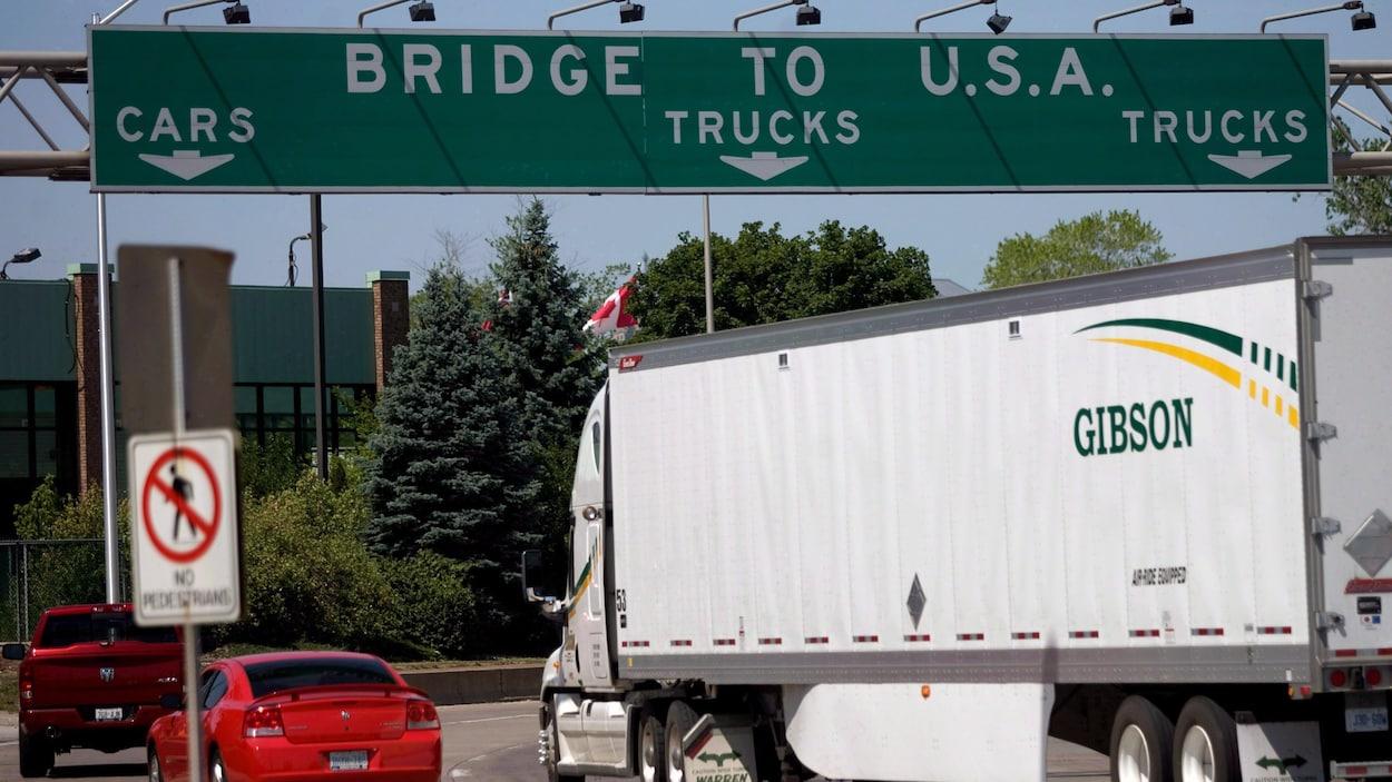 Des véhicules sur le pont
