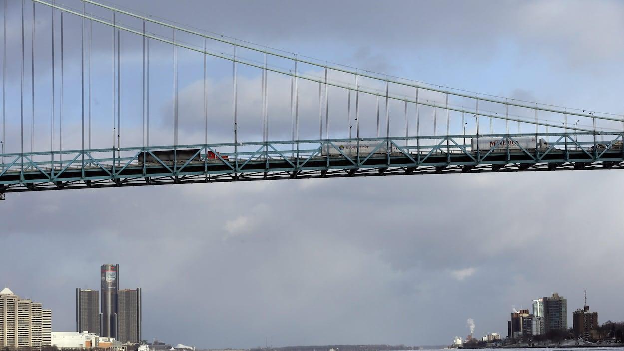 Le pont Ambassador relie Detroit à Windsor.