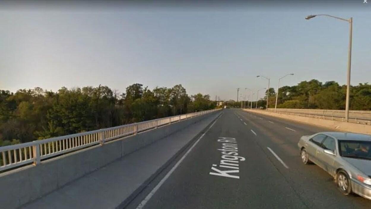 Le pont de la route Kingston qui passe au-dessus du parc Colonel Danforth à Scarborough.