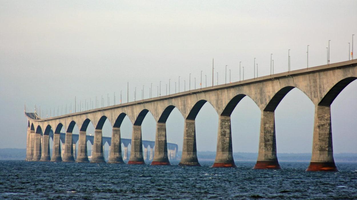 Le pont de la Confédération baigne dans le détroit de Northumberland.
