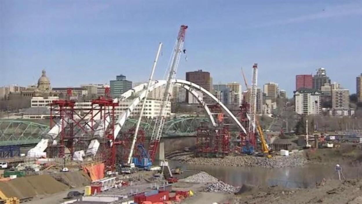 L'arc central du nouveau pont Walterdale et le reste des travaux à Edmonton