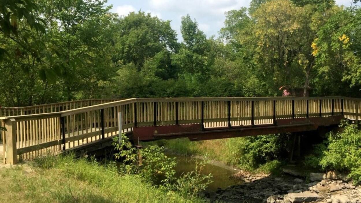 Un pont dans le parc Tétrault, à La Broquerie.