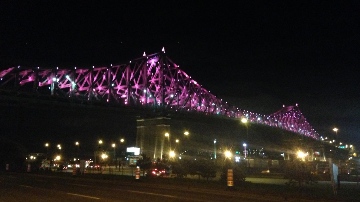 Le pont Jacques-Cartier illuminé en rose.