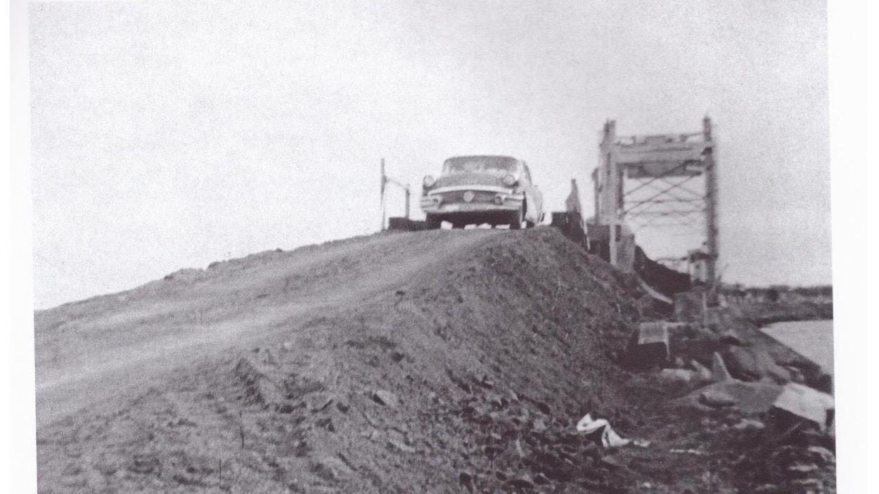 Le pont de Shippagan lors de son inauguration, en juin 1959. François Mazerolle, l'arrière-grand-père de Debbie Mallet, a été le premier à le traverser.