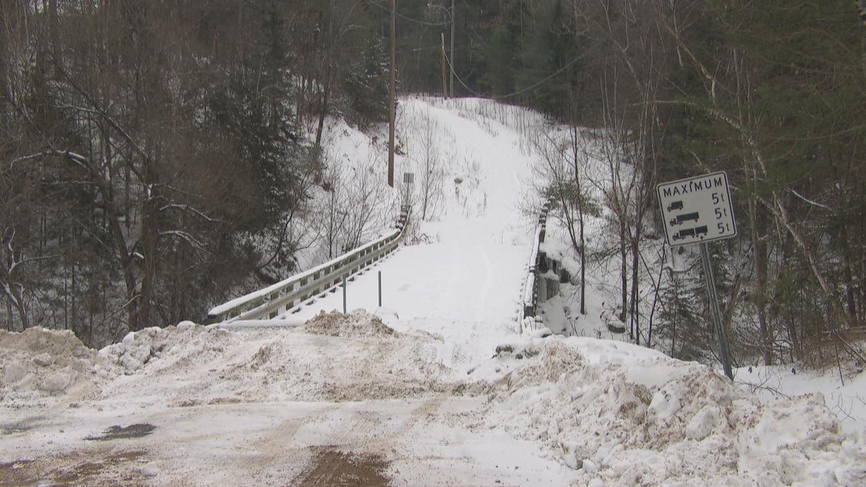 Un pont recouvert de neige avec aucun accès de circulation.