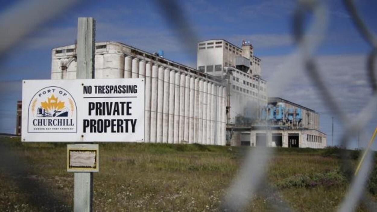 Le port de Churchill et une affiche de propriété privée.