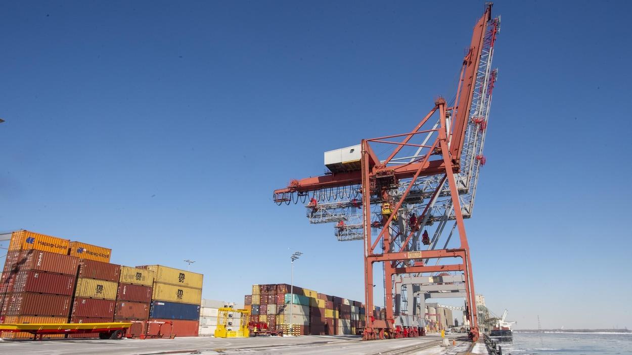 Des conteneurs empilés au port de Montréal.