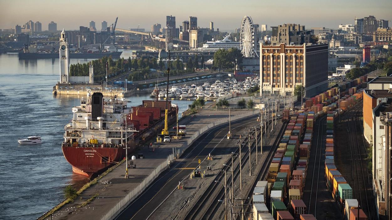 Vue aérienne d'une partie du Port de Montréal.