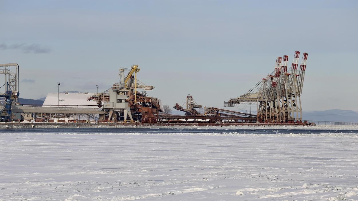 Les installations du Port de Québec en hiver