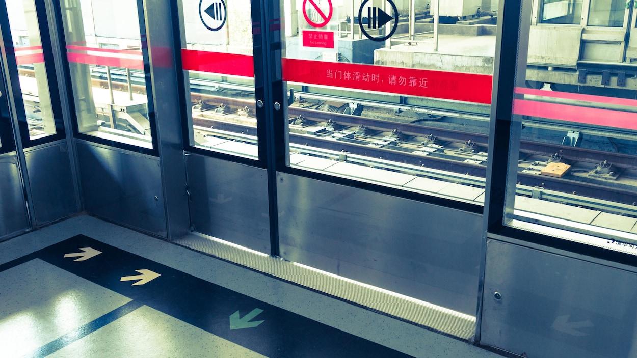 Porte palière fermée devant les rails