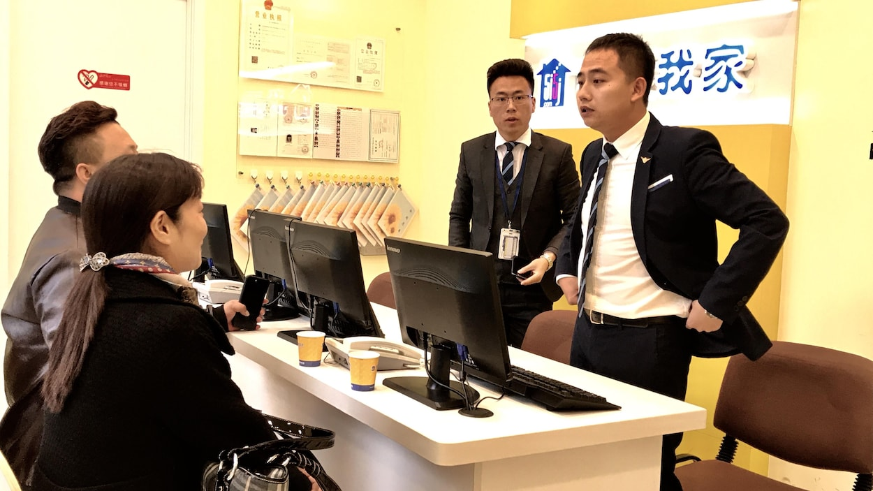 You Yue, avec des clients potentiels. Pékin, octobre 2017