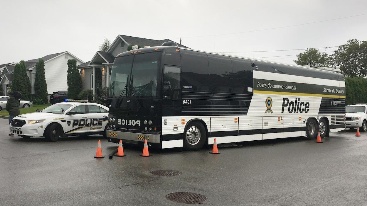 Le poste de commandement de la SQ et une voiture de police sur la rue Johanna