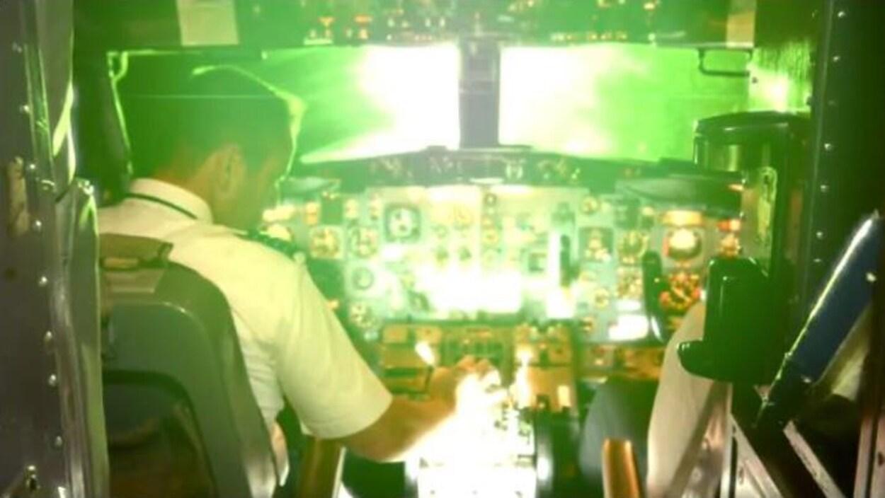 Cette photo présente la vue à l'intérieur du poste de pilotage lorsqu'un laser est pointé dans sa direction.