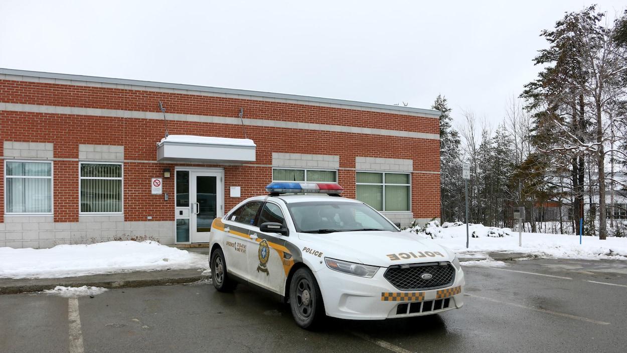 Une autopatrouille est stationnée devant le poste de police de la Sûreté du Québec (SQ) à Val-d'Or.
