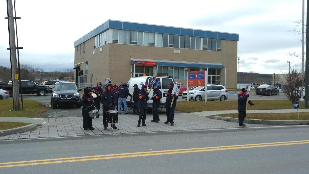 Des grévistes devant le bureau de poste de Matane.