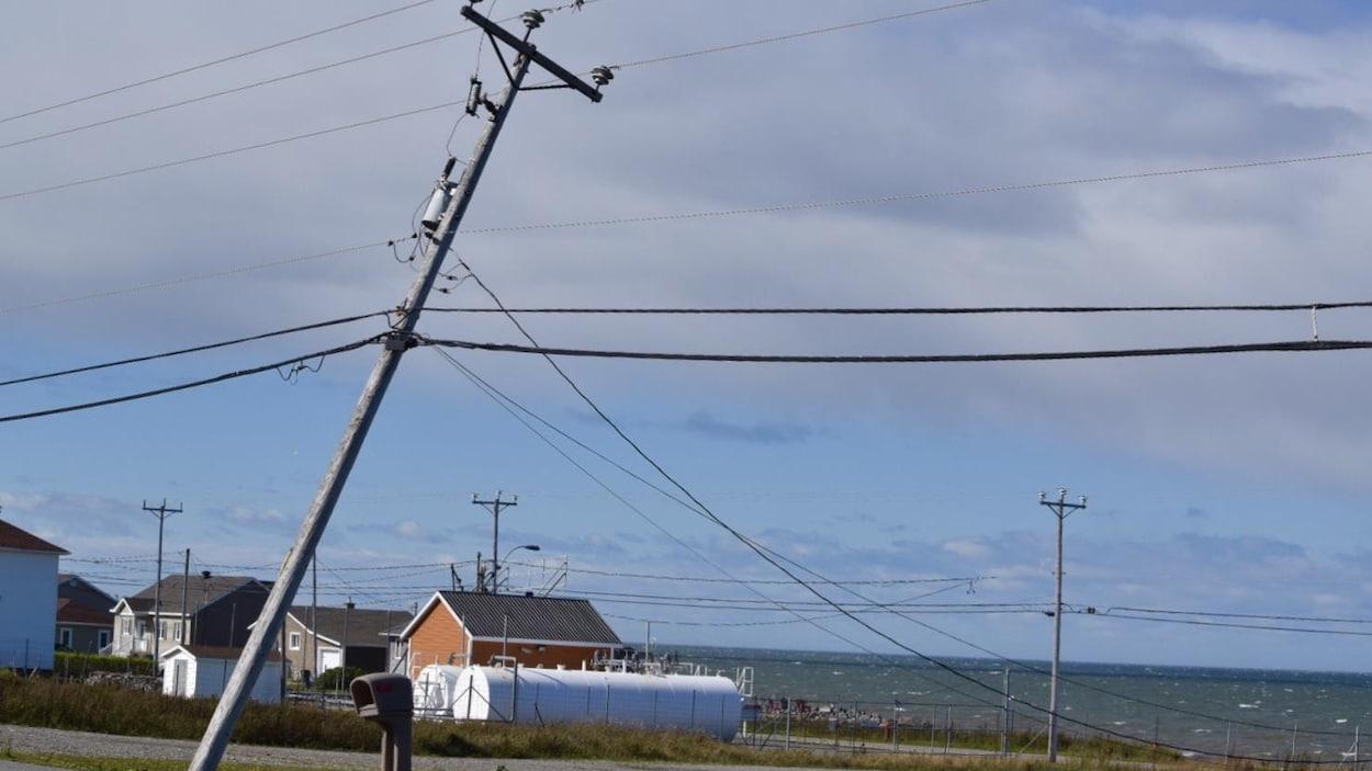 Ce poteau électrique n'a pas résisté à la force du vent à Matane-sur-Mer.