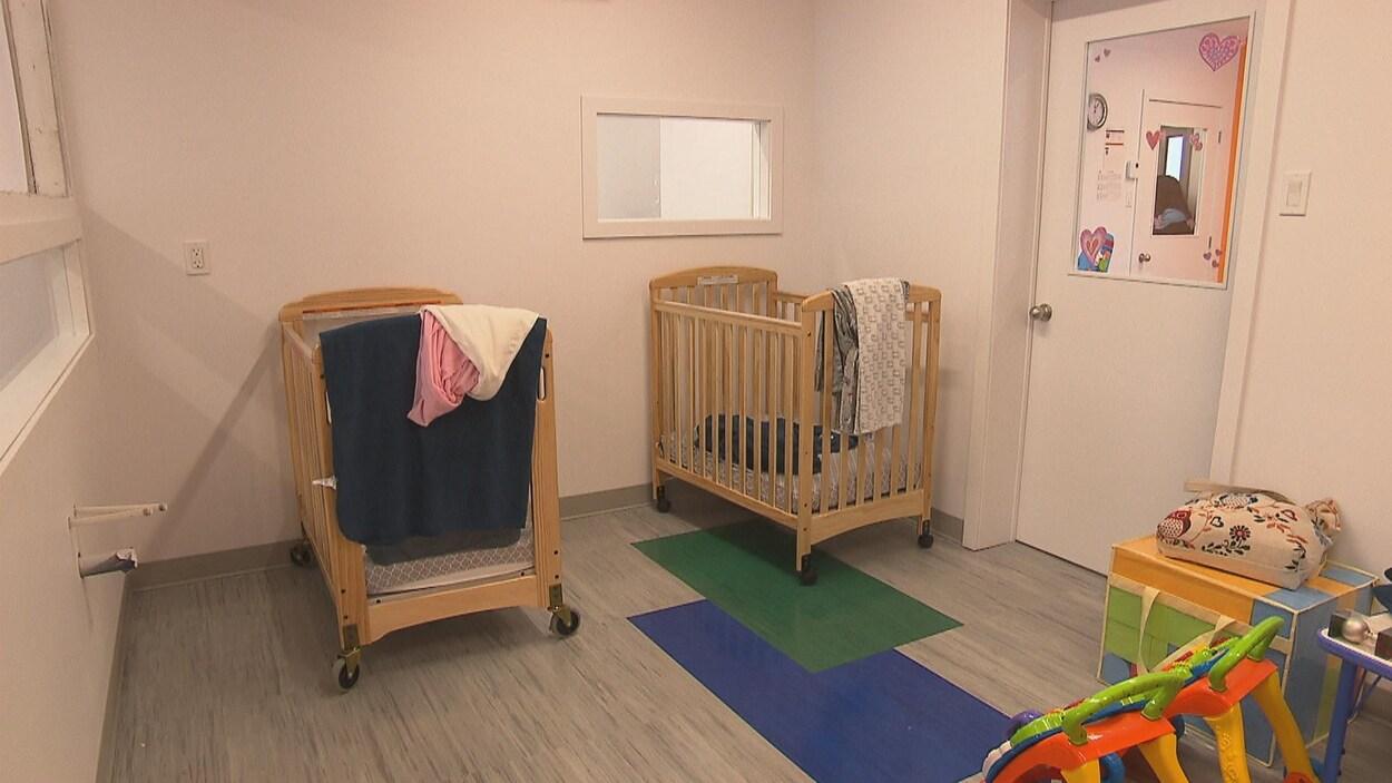 Des lits pour bébés.