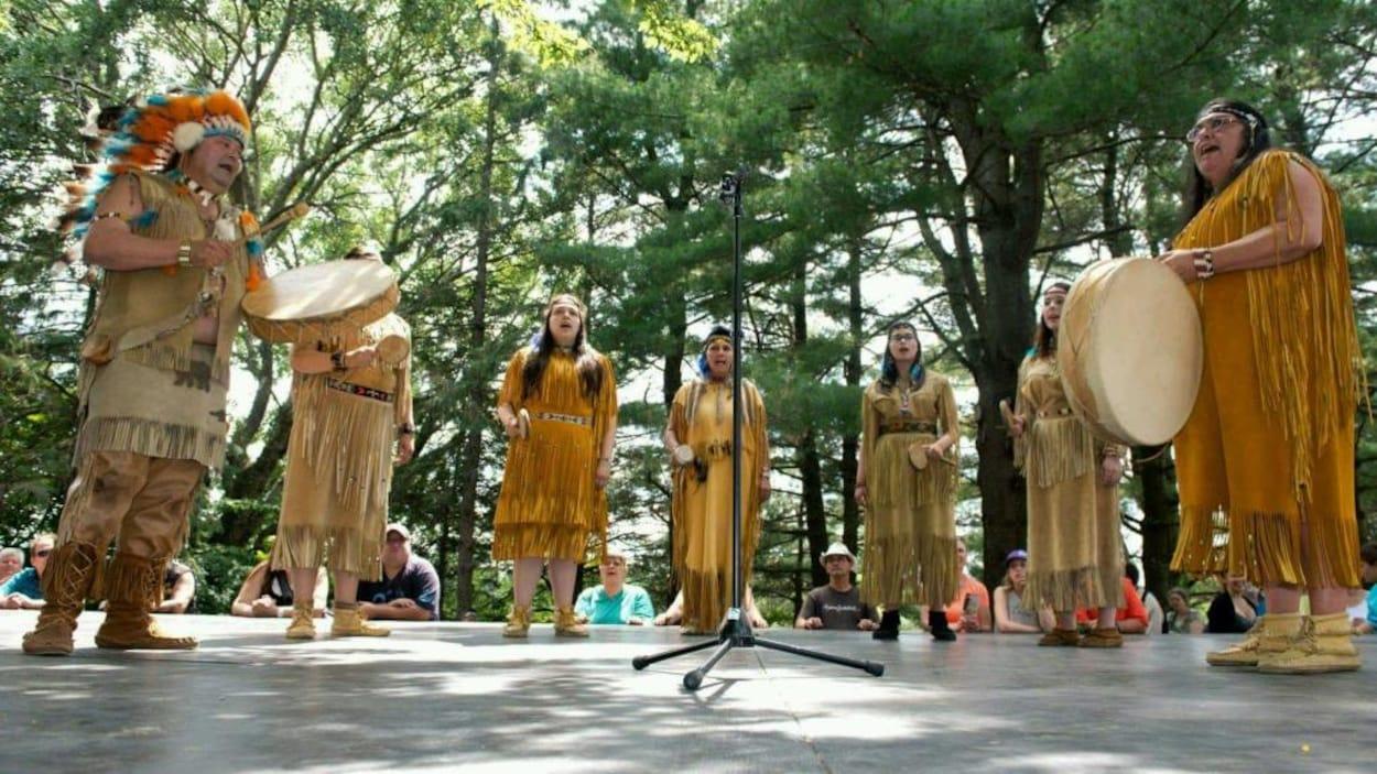 Des Abénakis d'Odanak font un chant traditionnel lors du pow-wow de 2015.