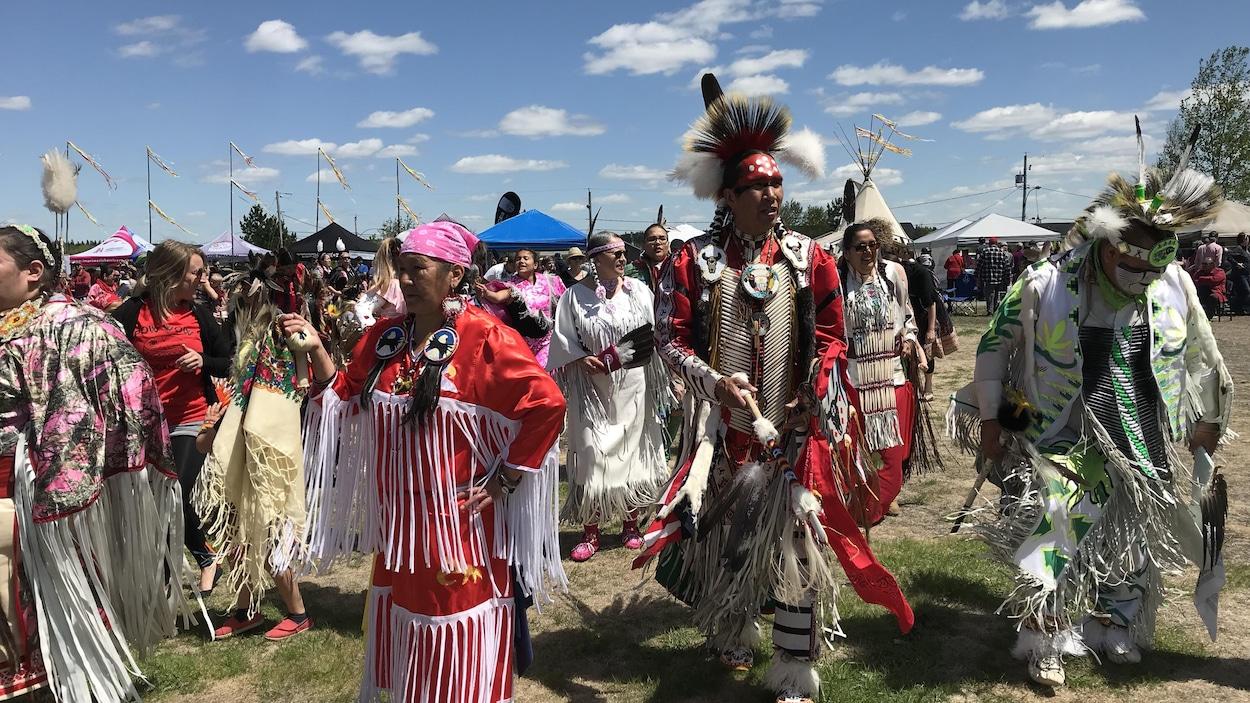 Des danseurs participants au pow-wow de Pikogan près d'Amos en Abitibi.