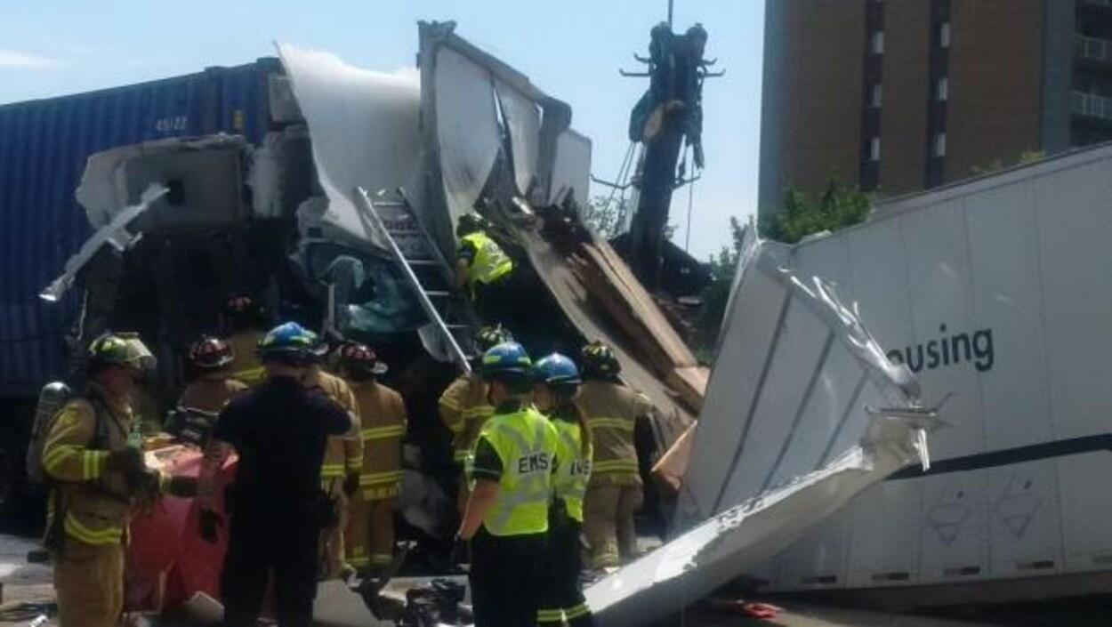 Une scène de carambolage de camions.
