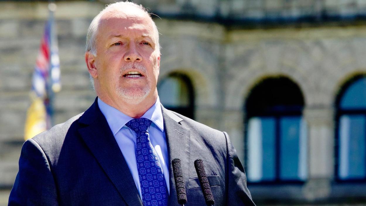 Le premier ministre John Horgan tient un point de presse à Victoria.