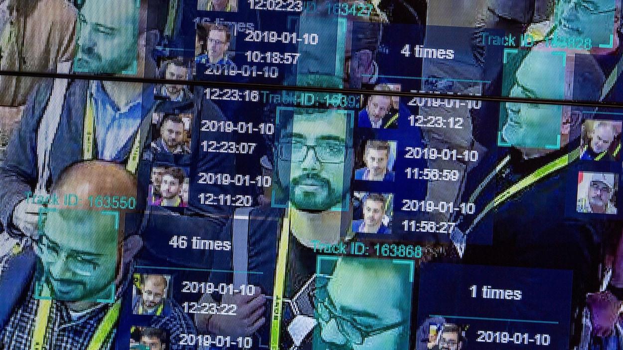 Capture d'écran d'un moniteur de caméra utilisant un logiciel de reconnaissance faciale. On voit le visage de plusieurs hommes être analysé.