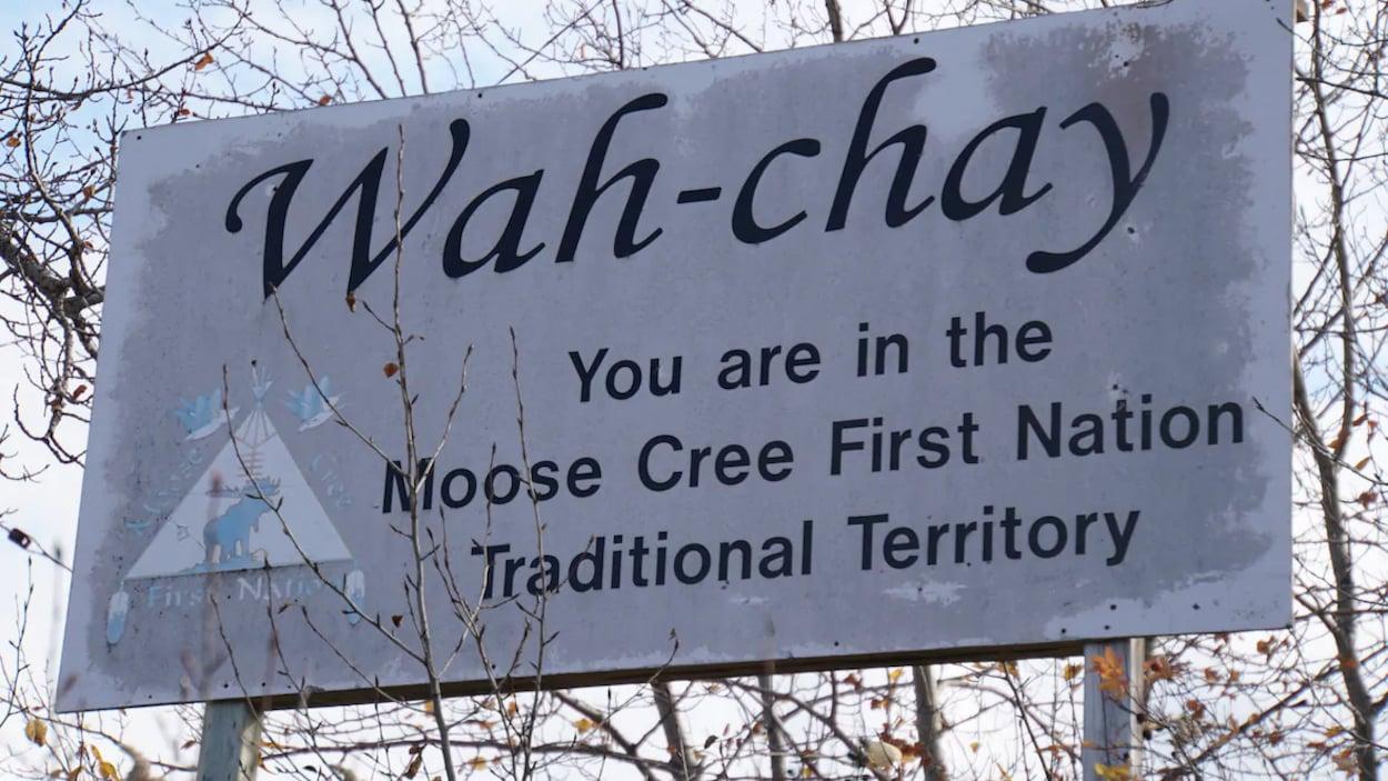 Un panneau à l'entrée du territoire de la Première Nationn de Moose Cree.