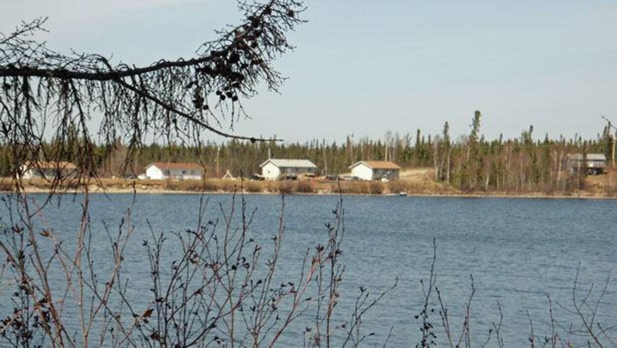 Des maisons sur le bord d'un lac.