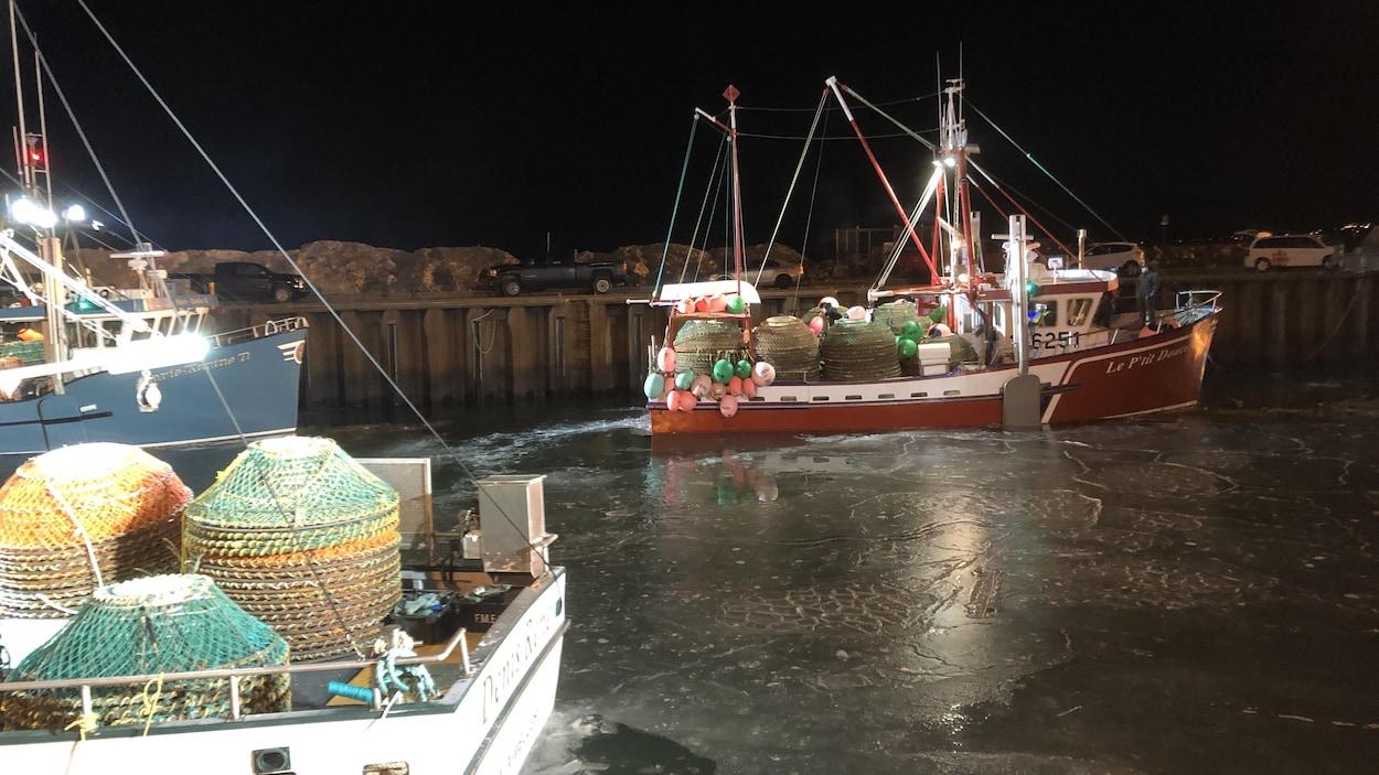 Un crabier quitte un port.