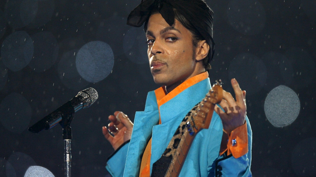Prince lors du spectacle de la mi-temps au Super Bowl 2007