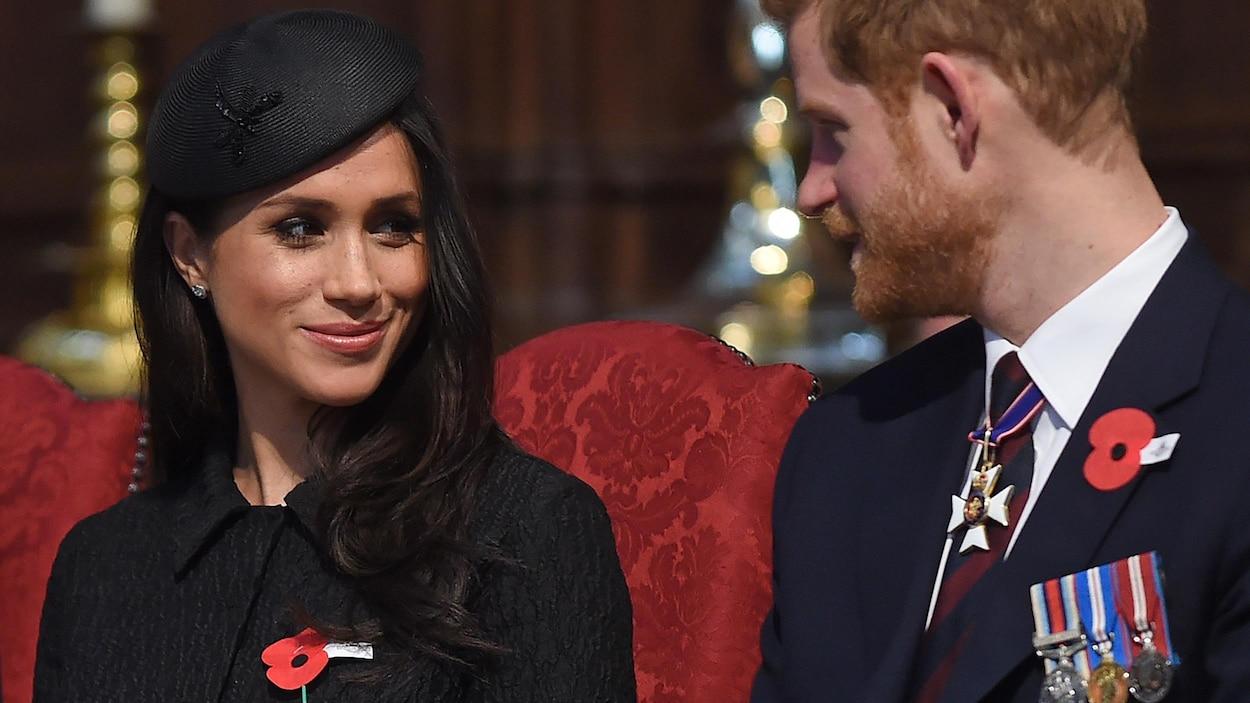 Meghan sourit à son fiancé.