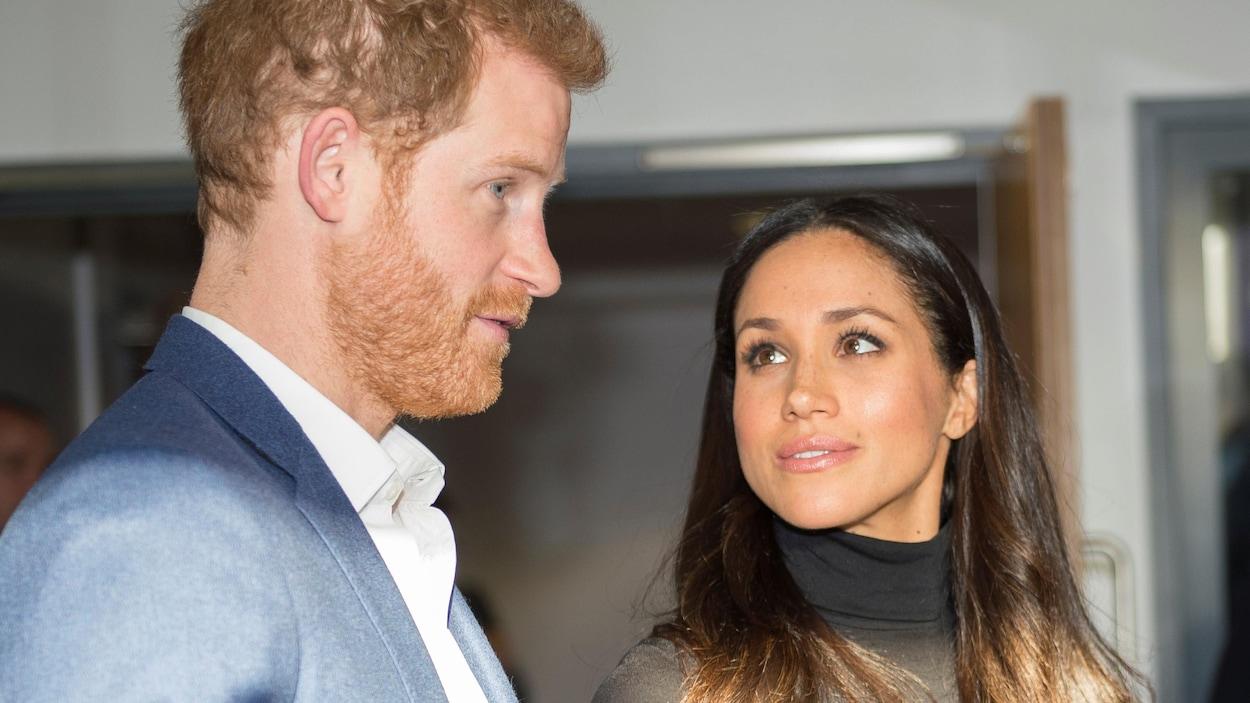 Meghan Markle regarde son fiancé, le prince Harry.