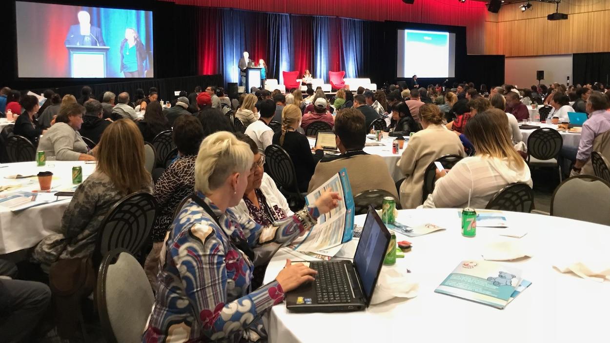 Plusieurs personnes sont réunies dans une salle de Winnipeg pour un sommet sur le principe de Jordan.