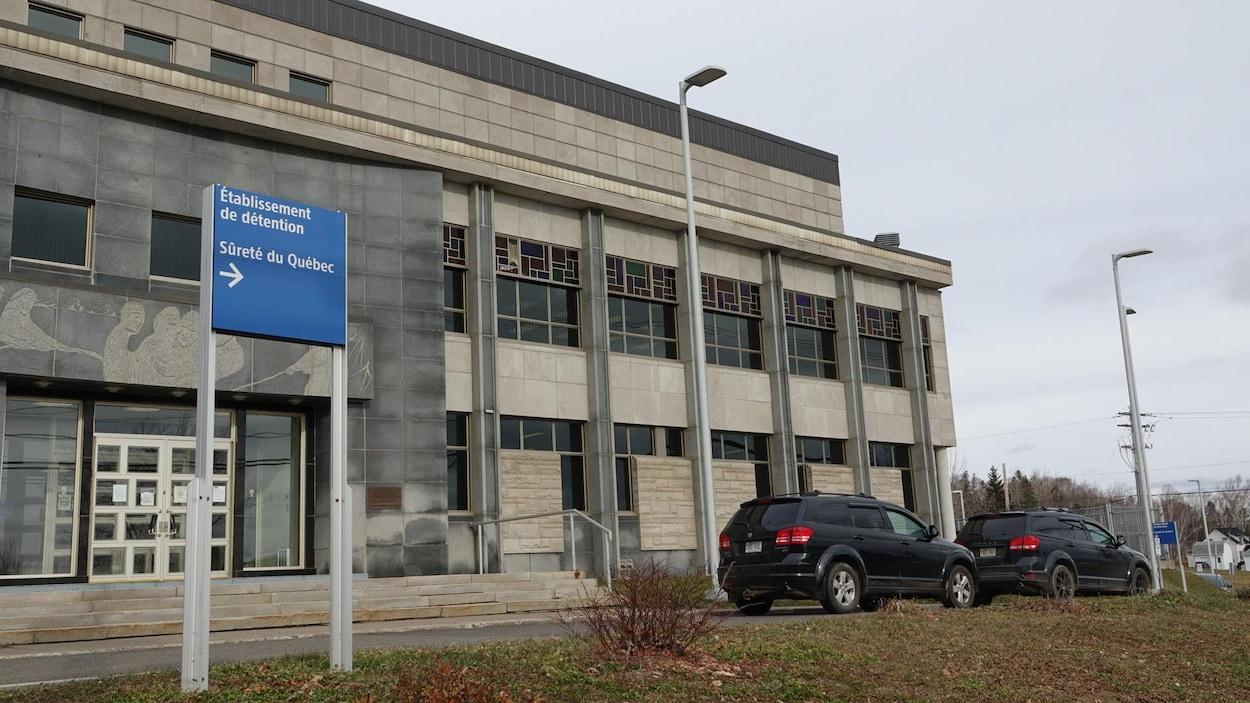 Devant le palais de justice de New Carlisle, un panneau indique la direction du centre de détention.