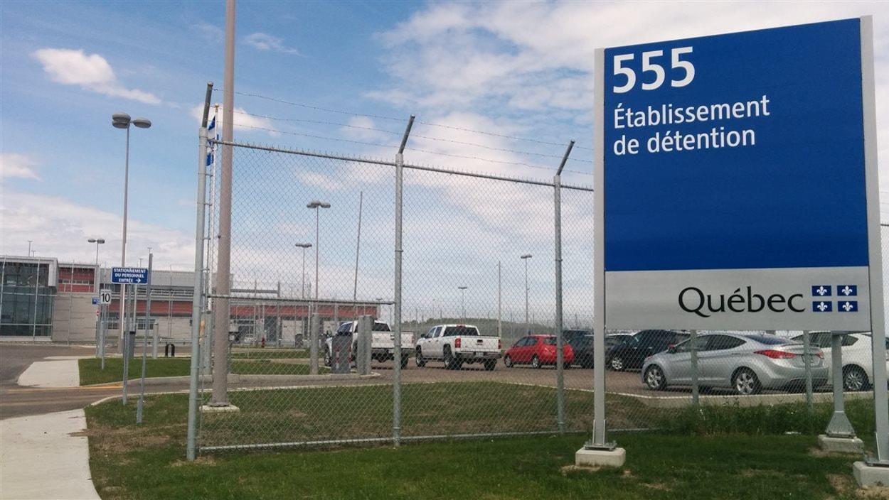 Une affiche se trouve à proximité du stationnement de la prison de Roberval.