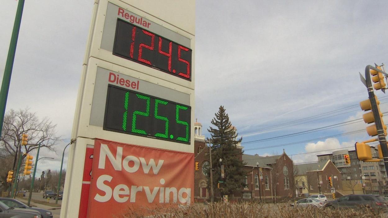Un panneau d'affichage numérique du prix régulier de l'essence et du diesel.