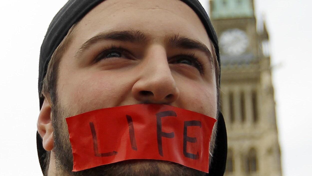 Un manifestant anti-avortement devant le Parlement à Ottawa.