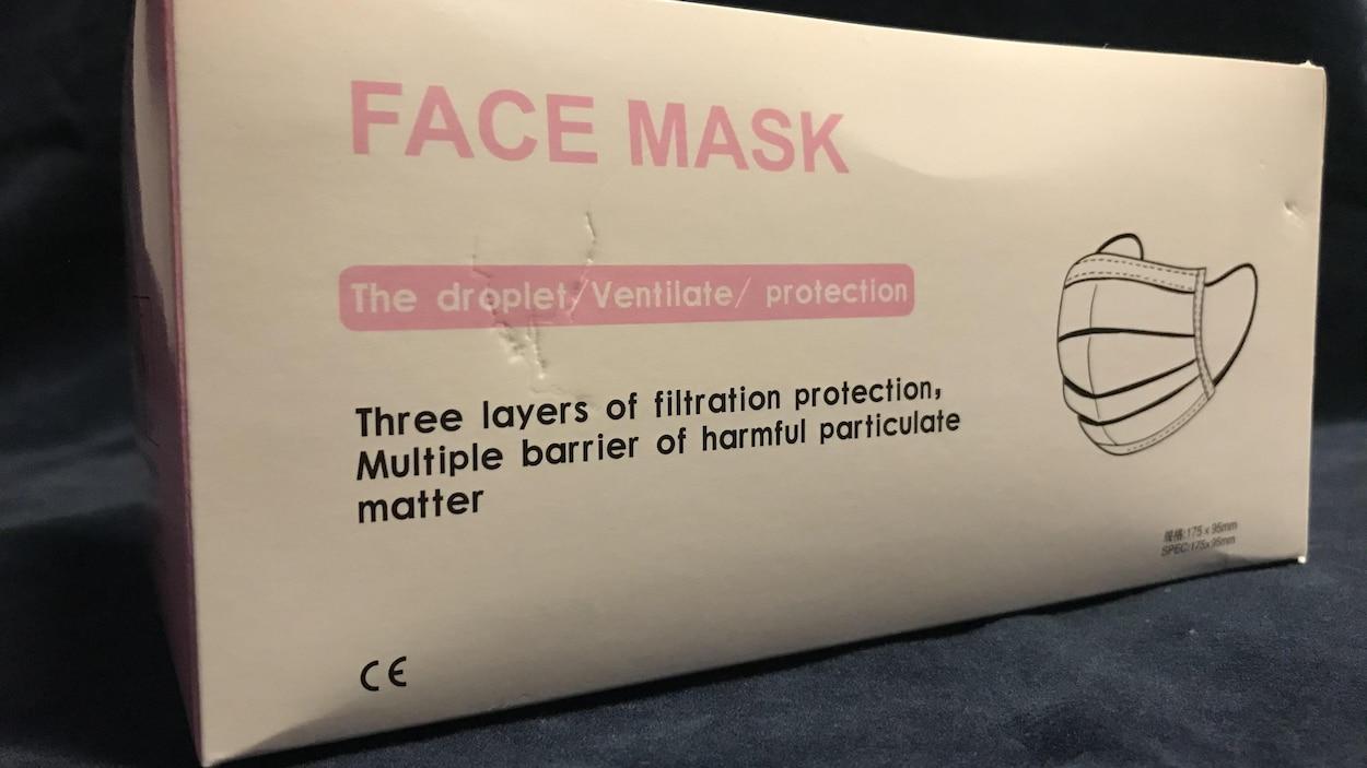 Une boite contenant des masques avec un étiquetage unilingue anglophone.