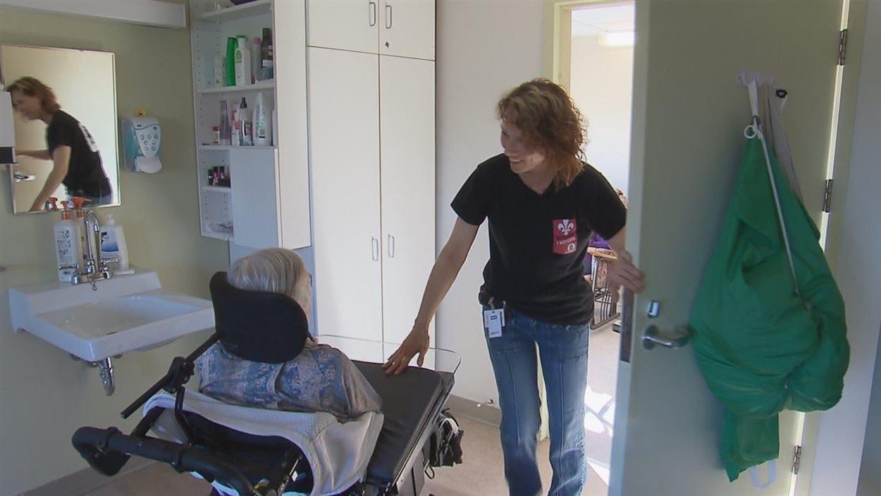 Les préposés aident les bénéficiaires dans leurs déplacements.