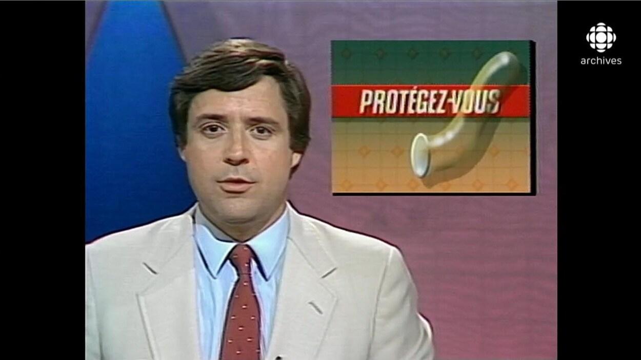 Charles Tisseyre présentant un bulletin de nouvelles. L'image de la mortaise est un condom avec le titre Protégez-vous.